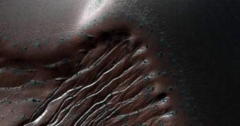 Żleby w kraterze Russell / Credits - NASA