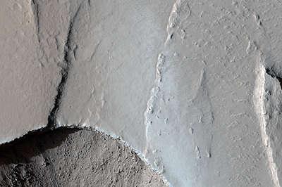 Kanał prowadzący od szczeliny tektonicznej / Credits - NASA