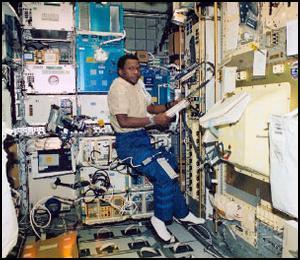 Wnętrze modułu SPACEHAB - zdjęcie wykonane około 16-18 stycznia 2003. Credits - NASA.