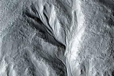 Północna krawędź jednego z kraterów z przypuszczalnym osuwiskiem skalnym (NASA/JPL/University of Arizona)