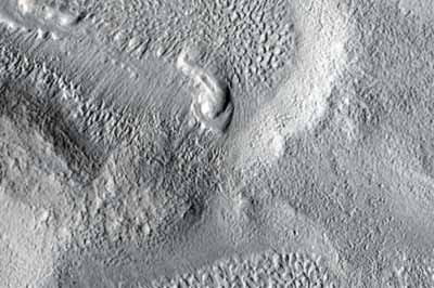 Dolina w obszarze Ismenius Lacus (NASA/JPL/University of Arizona)