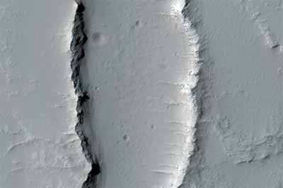 Wulkan tarczowy w Noctis Fossae, Credits: NASA/JPL/University of Arizona
