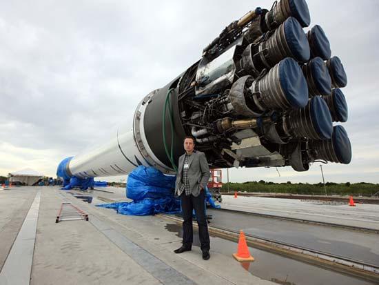 Elon Musk na tle  Falcona 9, Credits: SpaceX