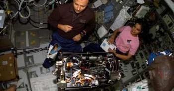 Chawla i Ramon pracują z urządzeniem Combustion Module 2, Credits: NASA