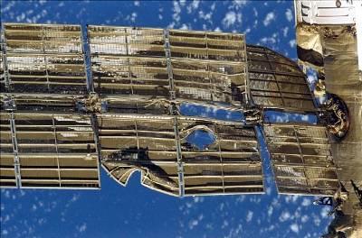 Uszkodzone panele słoneczne stacji Mir - czerwiec 1997 roku /  Credits - NASA