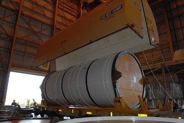 Jeden z nowych segmentów SRB, który dotarł do KSC (NASA)