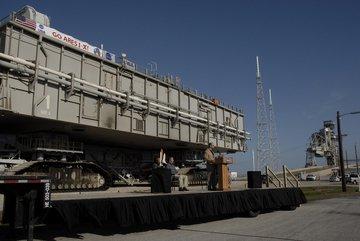 Krótka uroczystość przekazania MLP-1 na  potrzeby programu Constellation (NASA)