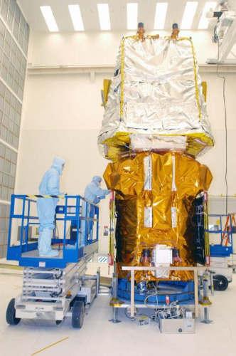 Satelita SWIFT podczas przygotowań do lotu w Centrum Kosmicznym im. Kennedy'ego (NASA)