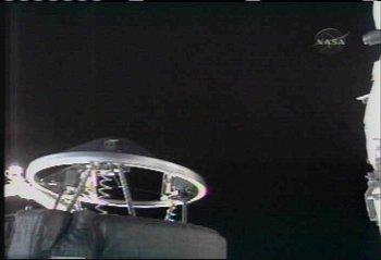 Widok na mechanizm dokujący zainstalowany w ładowni wahadłowca (NASA TV)