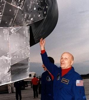 Po powrocie na Ziemię, astronauta Musgrave (oczywiście stojąc!) sprawdza stan osłony termicznej wahadłowca / Credits - NASA