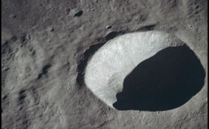 Krater Schmidt, położony niedaleko wyznaczonego miejsca lądowania misji Apollo 11. Zdjęcie wykonane w trakcie misji Apollo 10 / Credits - NASA