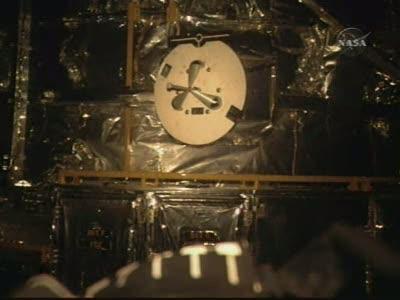 Tuż przed uchwyceniem teleskopu Hubble - biały dysk to punkt zaczepienia dla OBSS / Credits - NASA TV
