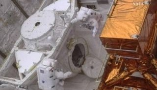 Twarza w twarz - na poczatku EVA-1 / Credits - NASA TV