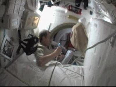 Prace przygotowawcze do spaceru / Credits - NASA TV