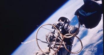 Astronauta White spaceruje w przestrzeni kosmicznej / Credits - NASA