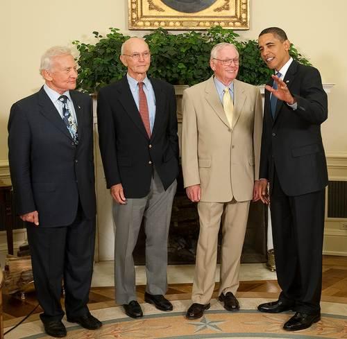 Rok 2009 - załoga misji Apollo 11 rozmawia z obecnym prezydentem USA / Credits NASA, Bill Ingalls