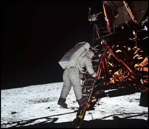 Astronauta Aldrin schodzi na powierzchnię Księżyca / Credits - NASA