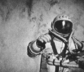 Aleksander  Leonow w trakcie swego historycznego spaceru kosmicznego