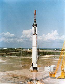 Mercury-Redstone 3 z Alanem Shepardem startuje do lotu  balistycznego / Credits - NASA