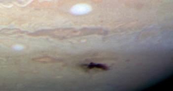 Obraz śladu zderzenia na Jowiszu z kamery WFC 3. Cred NASA, ESA, H. Hammel (Space Science Insitute), Jupiter Impact Team.