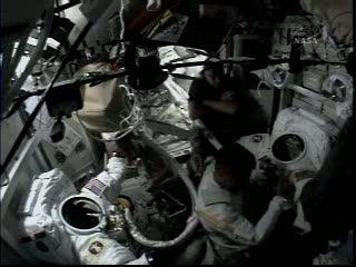 Astronauci ubierają się w kombinezony kosmiczne / Credits - NASA TV
