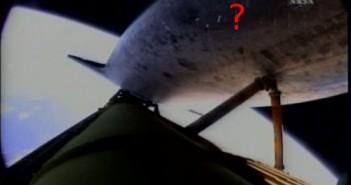 Miejsce potencjalnych uszkodzeń osłony termicznej promu - na lewo od znaku zapytania / Credits - NASA TV