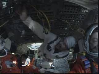 Ujęcie z wnętrza promu - Mark Polansky po prawej / Credits - NASA TV