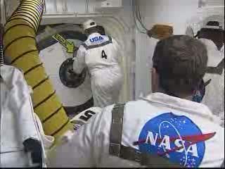 Zamykanie włazu promu / Credits - NASA TV