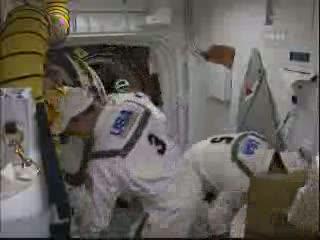 Prace przy otwartym włazie promu Endeavour / Credits - NASA TV