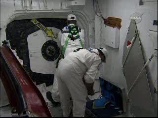 Otwieranie włazu promu Endeavour po anulowanej próbie startu / Credits - NASA TV