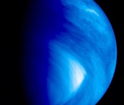 Obraz jasnej plamy na Wenus z kamery VMC w sztucznych barwach. Cred. MPS/ESA.