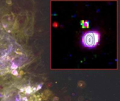 Najjaśniejsza mgławica radiowa w małym Obłoku Magellana - JD 04. Ilustracja to obraz optyczny z 0.6 metrowego teleskopu Schmidta należącego do Uniwersytetu Michigan. We wstawce pokazano kontur emisji radiowej zmierzonej za pomocą radioteleskopu Australia Telescope Compact Array. Cred. Magellanic Cloud Emission Line Survey (MCELS)