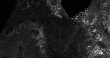 Mozaika radarowa ciemnego obszaru na półkuli południowej Tytana. Cred NASA/JPL.
