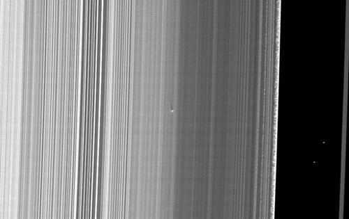 Zdjęcie nowego obiektu w pierścieniu B (NASA/JPL)
