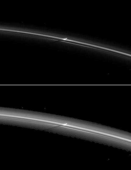 Obrazy  struktur pionowych w pierścieniu F (NASA/JPL)