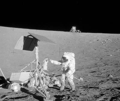 Astronauta Conrad przy Surveyorze 3 / Credits - NASA