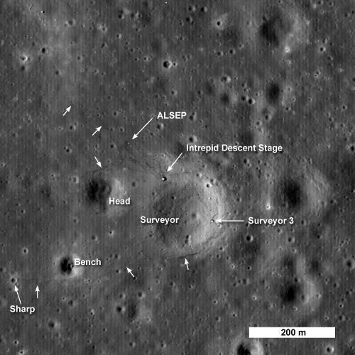 Miejsce lądowania misji Apollo 12 i Surveyor 3, widziane okiem LRO.  Strzałkami zaznaczono ślady butów selenonautów. ALSEP to zestaw  instrumentów pozostawiony na Księżycu w trakcie misji Apollo 12. /  Credits - NASA/GSFC/Arizona State University
