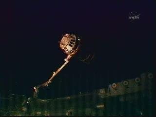 Godzina 21:48 CEST - HTV przechwycony przez ramię Stacji / Credits - NASA TV