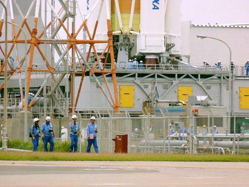 Technicy pracująprzy rakiecie, credits: http://twitpic.com/photos/ShinyaMatsuura