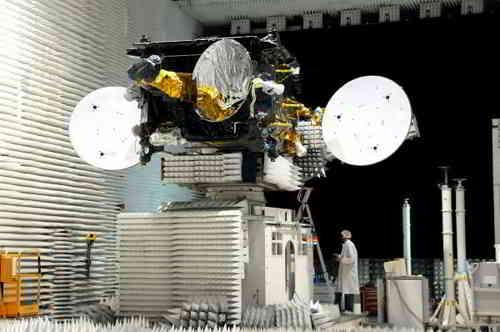 Satelita THOR 6 podczas  testów anten, credits: Thales Alenia Space