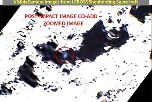 Strumień materii wyrzucony przez stopień Centaur po uderzeniu w Księżyc, zarejestrowany przez sondę LCROSS. Credits - NASA