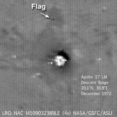 """Zbliżenie na dolny stopień LEM """"Challenger"""", widoczna również flaga credits: NASA/GSFC/Arizona State University"""