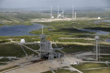 Na pierwszym planie na stanowisku startowym LC-39A przygotowywany do kolejnego lotu wahadłowiec Atlantis (STS-129), w oddali na LC-39B Ares I-X (NASA)