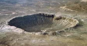 Krater meteorytowy w Arizonie o średnicy około 1200 metrów, powstały po uderzeniu niklowo-żelaznej asteroidy o średnicy 50 metrów, credits: David Roddy / USGS