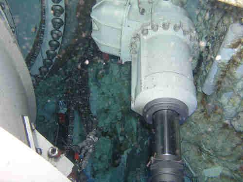 Zdjęcie  przedstawiający uszkodzenie zaczepu siłownika, credits: NASA