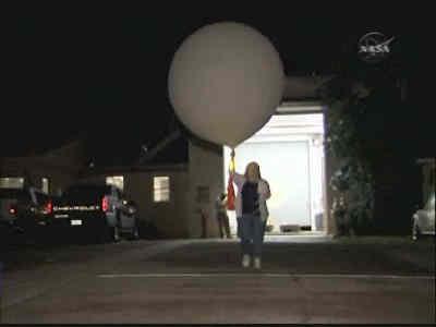 Przygotowania do wypuszczenia sondy balonowej, credits: NASA TV