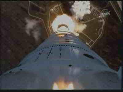 Widok z kamery pokładowej na dół rakiety i wyrzutnię, credits: NASA TV