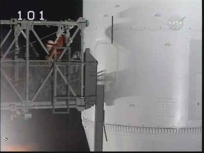 Technicy przygotowują ramię do przesunięcia, credits: NASA