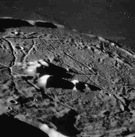 Zapadliska  tuneli lawowych w kraterze Gassendi, credits: NASA/JPL