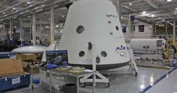 Kapsuła Dragon w hali montażowej Space (foto: SpaceX)